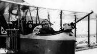 Ein doppelsitziges Flugzeug der deutschen Luftwaffe im Ersten Weltkrieg (undatiertes Archivbild zwischen 1914 und 1918). Zwischen dem ersten Motorflug von Orville Wright und dem ersten Bombenangriff aus der Luft am 1. November 1911 waren nicht einmal acht Jahre vergangen.
