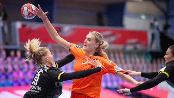 Handballerinnen müssen um Einzug ins EM-Halbfinale bangen