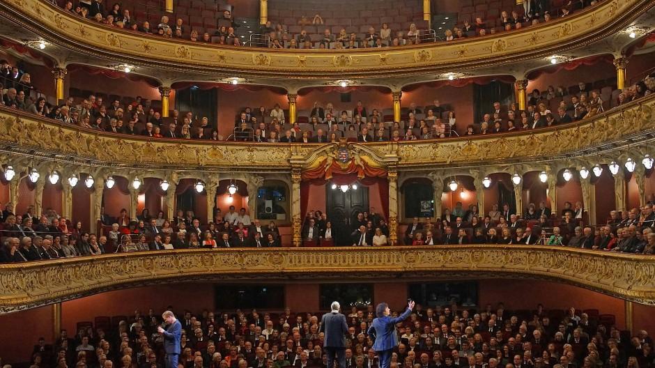 """So voll wird es sobald nicht mehr: das Große Haus im Wiesbadener Staatstheater, Szene aus """"Cosi fan tutte"""""""