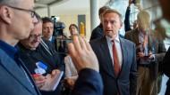 FDP-Chef Lindner spricht in der vergangenen Woche im Bundestag zu den wartenden Journalisten.
