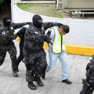 """Festgenommen: Polizisten aus Iguala und Mitglieder des Kartells """"Guerreros Unidos"""" werden dem Haftrichter vorgeführt."""