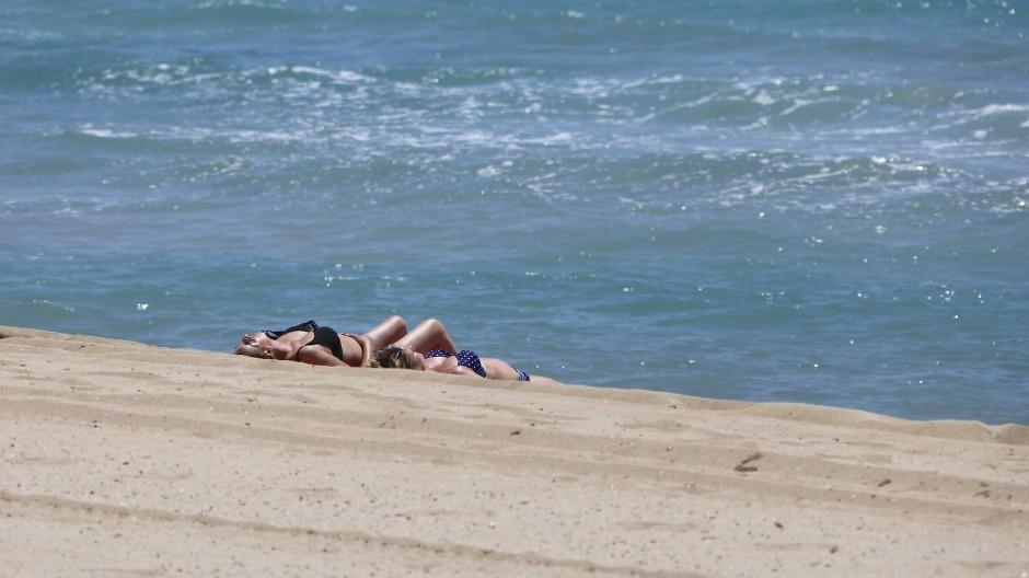 Zwischen den Lockdowns: Zwei Frauen sonnen sich im vergangenen Sommer am Playa de Palma.