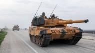 Ein türkischer Panzer vom Typ Leopard 2A4 in Hatay, in der Nähe der syrischen Grenze
