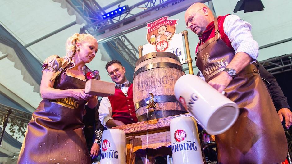 Festbier: Binding-Chef Otto Völker (rechts) beim Frankfurter Oktoberfest im vergangenen Jahr