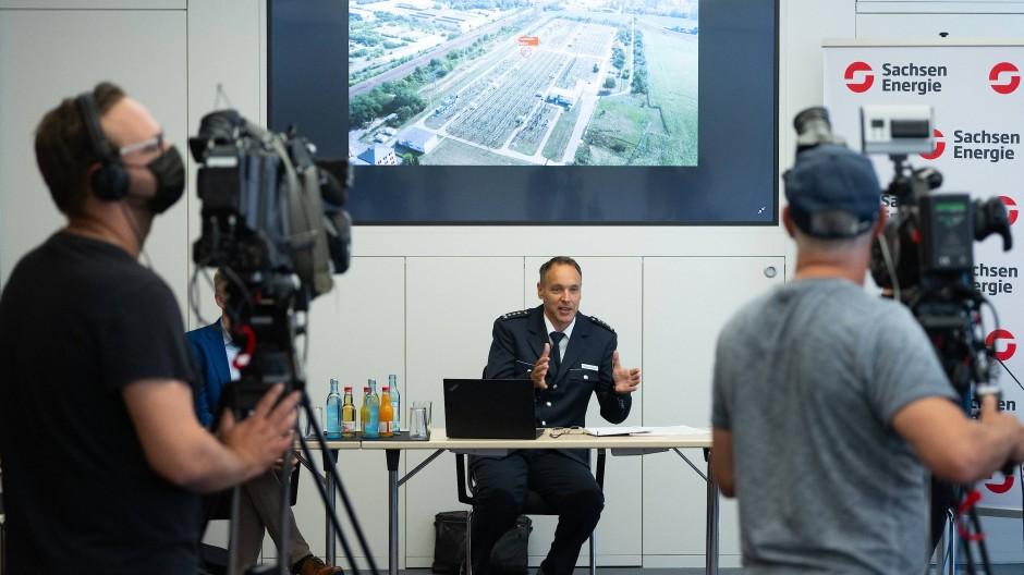 Thomas Geithner, Polizeisprecher, spricht auf der Pressekonferenz in Dresden