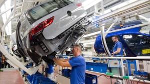 VW und Daimler stellen Produktion in Europa weitgehend ein