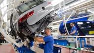 Ein Bild aus virenfreieren Zeiten: Mitarbeiter schrauben am neuen Volkswagen Golf 8 an einer Produktionslinie im VW Werk in Wolfsburg.