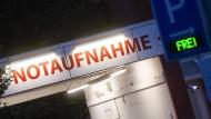 Ein Schriftzug leuchtet an der Notaufnahme vom KRH Klinikum Agnes Karll Laatzen in der Region Hannover.