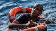 Ein Mann wird mithilfe von Rettungsringen und Seilen gerettet, nachdem er beim Versuch, die maltesische Küste schwimmend zu erreichen, von Bord der Sea-Watch 3 sprang. Erst nach knapp drei Wochen darf das Schiff im Hafen Maltas einlaufen.