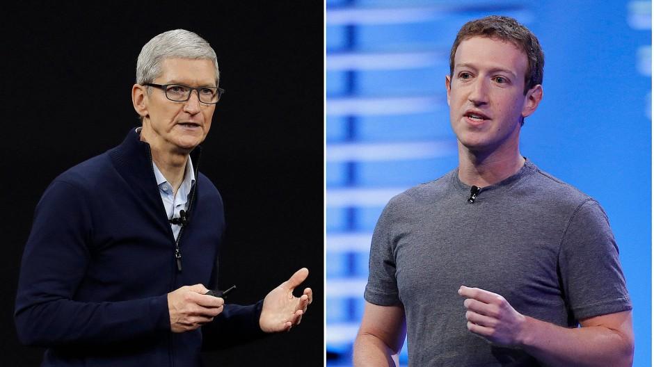 Apple-Chef Tim Cook (links) und Facebook-Chef Mark Zuckerberg: Die beiden Konzerne liefern sich zurzeit einen Streit über die mögliche Nachverfolgung von Nutzern (Tracking).