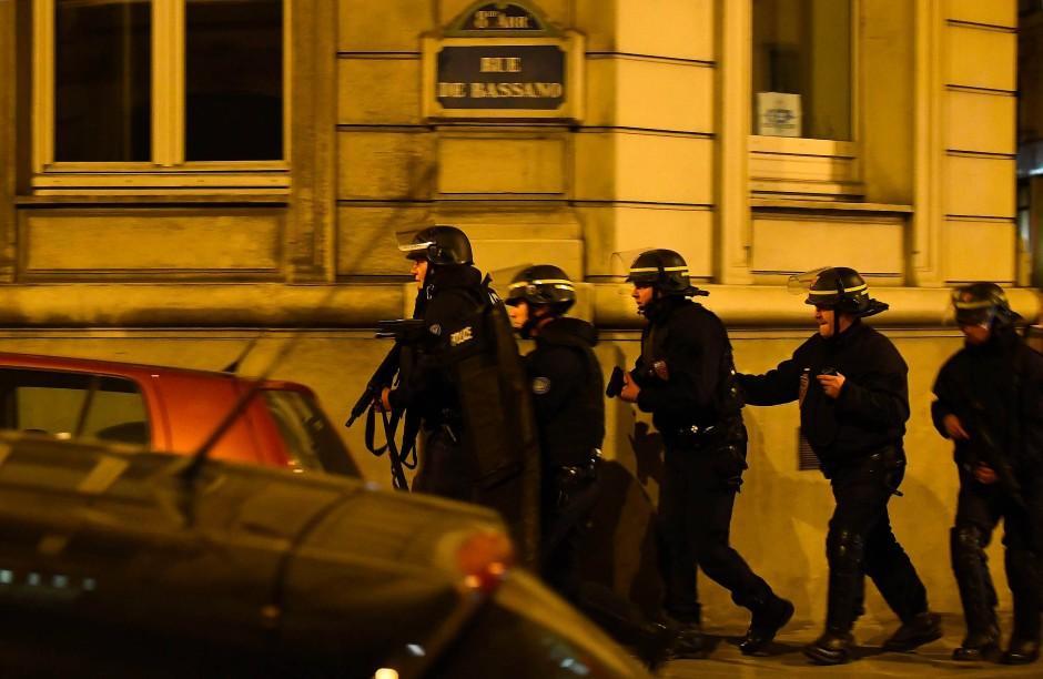 Polizisten patroullieren nahe dem Ort der Schießerei.