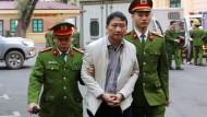 Verschleppt: Trinh Xuan Thanh im Januar auf dem Weg zu seinem Prozess in Hanoi. Nach seiner Entführung in Berlin wurde der frühere Funktionär und Geschäftsmann in Vietnam wegen Wirtschaftsverbrechen vor Gericht gestellt. Das Urteil: lebenslange Haft.