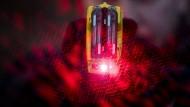 Mit Hilfe zweier roter Laserpunkte visiert ein Beamter des Überfallkommandos der Frankfurter Polizei sein Ziel mit einem Taser an.