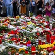Blumen und Kerzen liegen am 24.07.2016 vor dem Olympia-Einkaufszentrums in München. Zwei Tage zuvor verübte ein junger Mann einen Terroranschlag mit Toten und Verletzten. Auch Can Leyla gehörte zu den Opfern.
