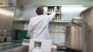 Lebensmittel sauber gelagert? Ein Kontrolleur bei der Arbeit