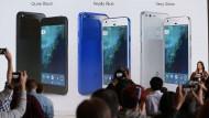 Mit Telefonen unter eigener Marke will sich Google ein größeres Stück vom lukrativen Geschäft mit teuren Smartphones sichern.