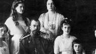 Zar Nikolai II. mit seiner Frau Alexandra und seinen Kindern Olga, Maria, Anastasia, Alexei und Tatjana. (v.l.n.r.)