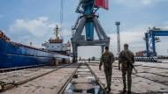 Zwei bewaffnete Grenzschützer auf Patrouille im Hafen von Mariupol.