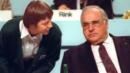 Angela Merkel und ihr Mentor, Bundeskanzler Kohl, bei dem CDU-Parteitag 1991. Im Vorjahr ernannte Kohl Merkel überraschend zur Bundesfrauenministerin. Merkel war damals 36 Jahre alt – mein Mädchen nannte Kohl sie. 1999 folgte der Bruch mit ihrem Ziehvater. In einem Gastbeitrag in dieser Zeitung sprach sie sich für die Trennung von Kohl aus, der tief in die Spendengeld-Affäre verstrickt war. Merkel sicherte sich die Zustimmung der Basis – ein wichtiger Schritt für ihren Aufstieg an die Spitze.
