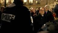 Frankreichs Präsident François Hollande begutachtet am Silvesterabend in Paris auf dem Champs-Elysées die Sicherheitsvorkehrungen.