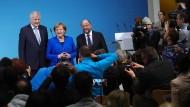 Die Parteichefs zeigen sich zufrieden: Horst Seehofer (CSU), Angela Merkel (CDU) und Martin Schulz (SPD ) bei der Vorstellung der Sondierungsergebnisse am Freitag in Berlin