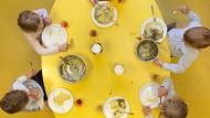 Es ist angerichtet: Auch in Kitas mit offenem Konzept gibt es Punkte, wo man sich zu festen Zeiten trifft, zum Beispiel am Esstisch.