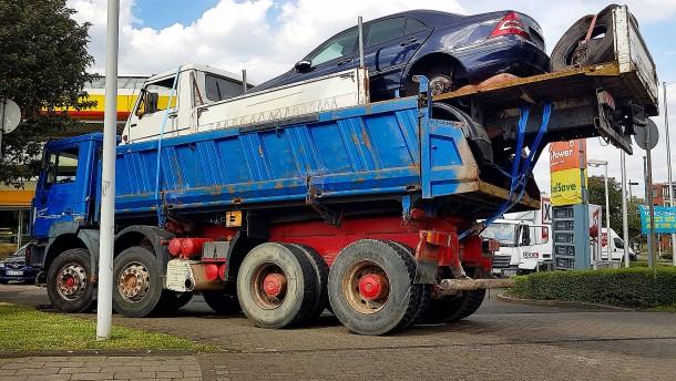 Fahrzeug-Pyramide ruft Polizei auf den Plan