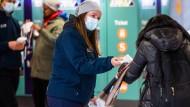 Verteilaktion: Mobile Teams bringen kostenlose Masken unter die Fahrgäste.