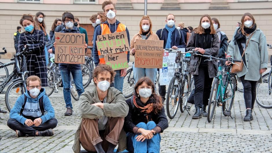 Angst vor noch einem digitalen Semester: Berliner Studierende bei einer Fahrrad-Demo von #NichtNurOnline im April.