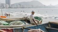 Der berühmteste Strand der Welt ist auch der Arbeitsplatz von Fischern, Netzflickern und ambulanten Händlern.