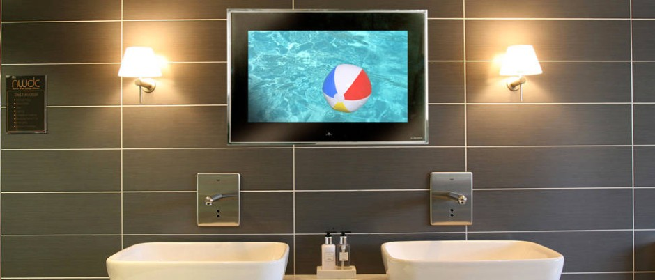 Multimedia Beim Zähneputzen: Der Fernseher Im Neuen Bad Ist Wasserfest.  Wasserspritzer Können Den Neuesten