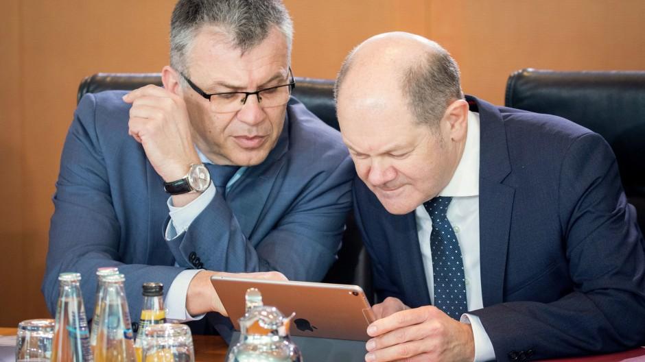 Genau hinschauen: Bundesfinanzminister Olaf Scholz und sein Staatssekretär Werner Gatzer (l.)