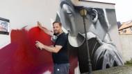 Farbenspiel: Justus Becker alias Cor bei seiner Arbeit in Kronberg.