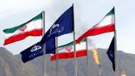 Die Flaggen des Iran und der nationalen iranischen Ölgesellschaft wehen auf einem Gasfeld in Assalouyeh.