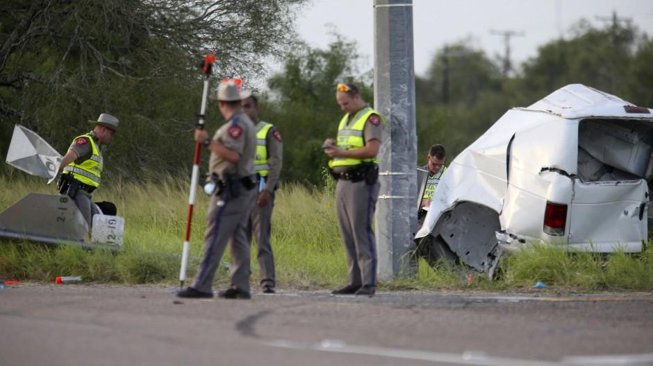 Beamte des texanischen Ministeriums für öffentliche Sicherheit stehen am Mittwoch in der Nähe des verunglückten Kleintransporters.