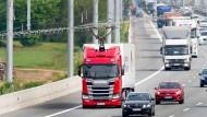 einer von derzeit fünf Oberleitungs-Lastwagen auf der E-Highway-Teststrecke auf der Autobahn 5