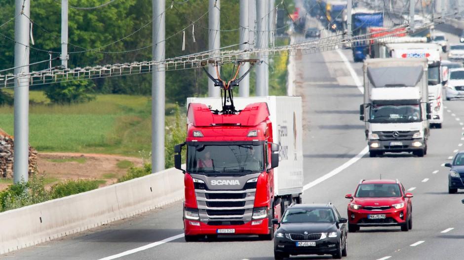 Seltener Anblick: einer von derzeit fünf Oberleitungs-Lastwagen auf der E-Highway-Teststrecke auf der Autobahn 5