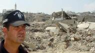 Ein palästinensischer Polizist im Flüchtlingslager in Jenin im August 2002.  Weite Teile des Lagers wurden bei Gefechten zwischen der israelischen Armee und palästinensischen Kämpfern zerstört. (Symbolbild)