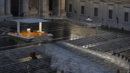 Der Papst vor ein paar Tagen beim Segen Urbi et Orbi auf dem menschenleeren Petersplatz.