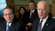 Gene Sperling (links) und Joe Biden