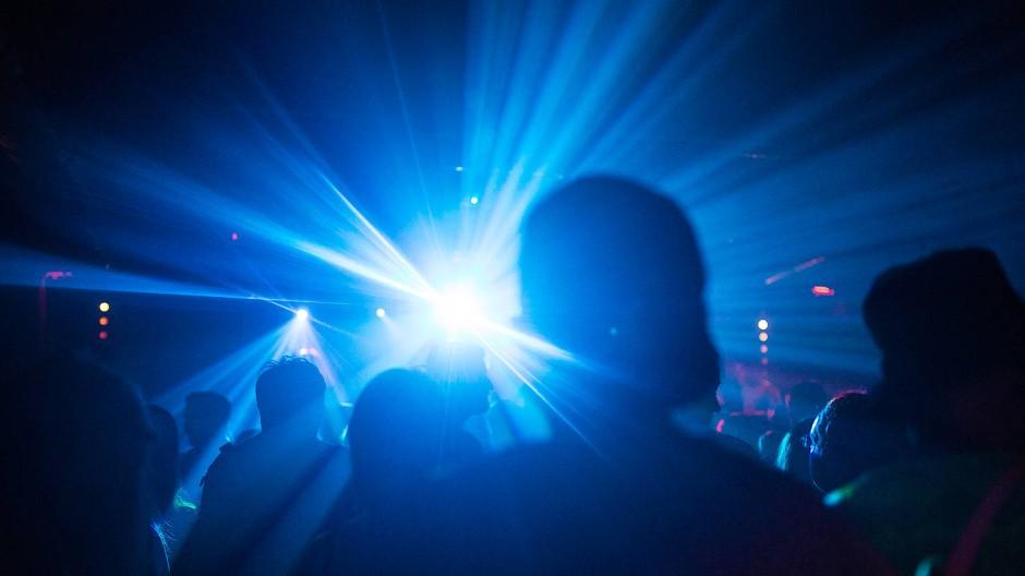 Menschen feiern in einem Club. (Symbolbild)