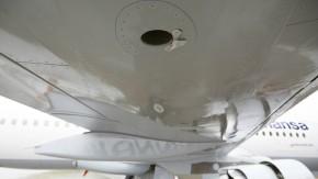 Genial einfach: Das Ableitblech am Druckausgleichsventil, im Bild oben rechts vor dem Loch in der Tragfläche