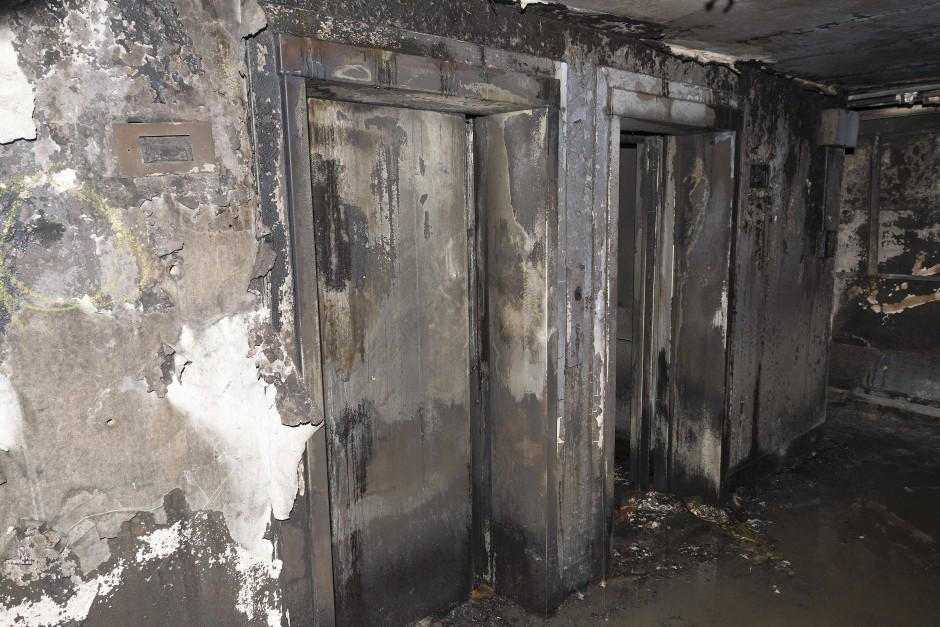 Bis auf den Rohbau abgebrannt: Der Grenfell Tower in London ist kaum wiederzuerkennen