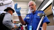 Ein Sicherheitsmitarbeiter winkt am Flughafen Seattle-Tacoma einen Passagier heran. Medienberichten zufolge befanden sich 2012 rund 20.000 Namen auf der No-Fly-Liste der Amerikaner.