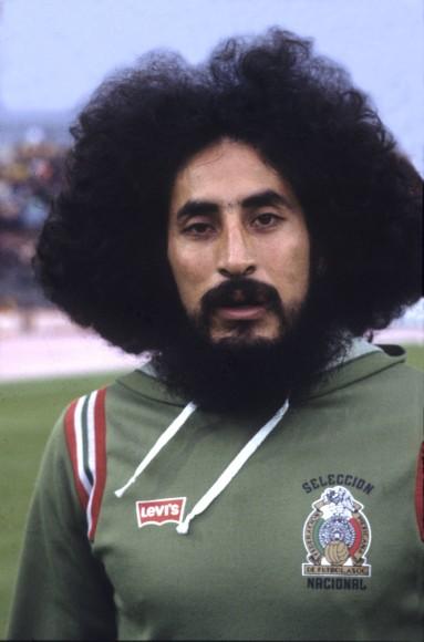 Mit Schlafzimmerblick Und Einer Unverwechselbaren Haarpracht Posiert Der  Mexikanische Fußballspieler Leonardo Cuéllar Im Jahr 1978.