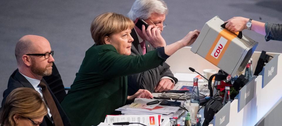 Damals noch ohne Tischwahlkabine: Merkel gibt auf dem Parteitag 2016 ihre Stimme ab.
