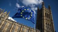Kann London doch nicht ganz ohne die EU? Theresa May äußerte sich am Freitag zumindest etwas versöhnlicher.
