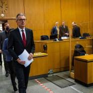 Anwalt Matt zu Beginn des Prozesstages, gefolgt von der Familie Lübcke.