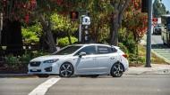 Ein Kamerafahrzeug von Apple fährt eine Straße in Santa Clara (Kalifornien) entlang.
