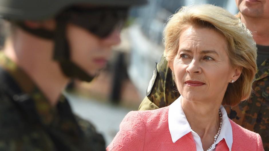Verteidigungsministerin Ursula von der Leyen muss wegen der Berateraffäre viel Kritik einstecken.